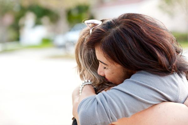 woman-forgiving-family-member